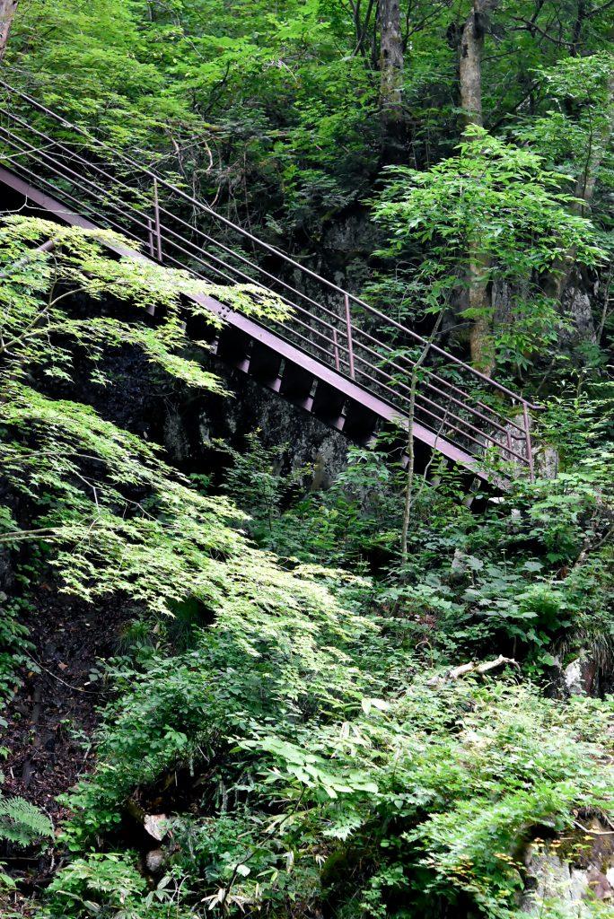 岩にかかる鉄階段
