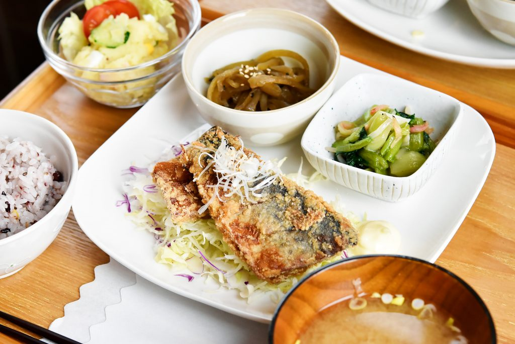 本日のランチ 十五穀ごはん 味噌汁 ポテトサラダ 鯖の竜田揚げ ヤーコンのきんぴら チンゲン菜の中華炒め お飲み物
